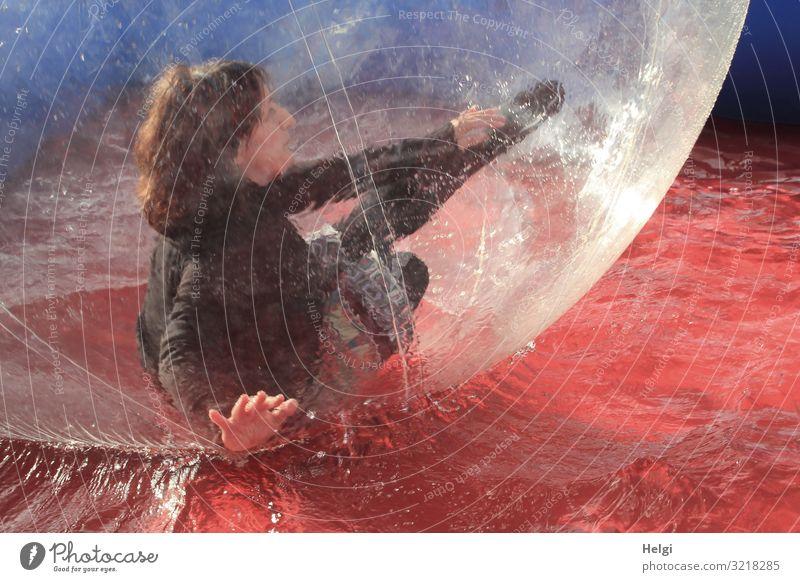 Frau mit brünetten langen Haaren bewegt sich in einer großen Plastikkugel in einem Wasserbecken Mensch feminin Erwachsene 1 45-60 Jahre T-Shirt Rock