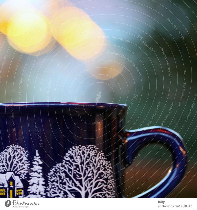 Nahaufnahme einer Glühweintasse auf dem Weihnachtsmarkt mit leuchtendem Bokeh Getränk Heißgetränk Tasse Feste & Feiern Weihnachten & Advent