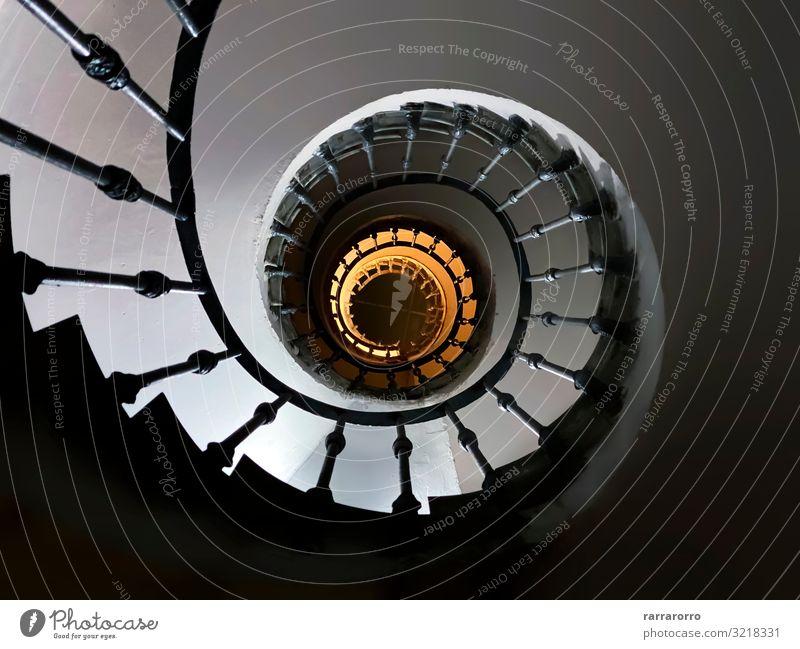 alte Wendeltreppe von unten gesehen Design Haus Dekoration & Verzierung Gesäß Kunst Gebäude Architektur Treppe Metall Stahl hoch Perspektive Spirale Treppenhaus