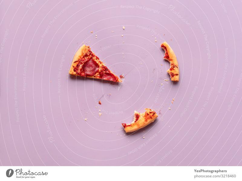 Ein Pizzastück und Reste. Salami-Pizzastück, Krustenreste Abendessen süß Italienisch Mediterrane Küche obere Ansicht amerikanische Pizza gebissen Tabelle Konsum
