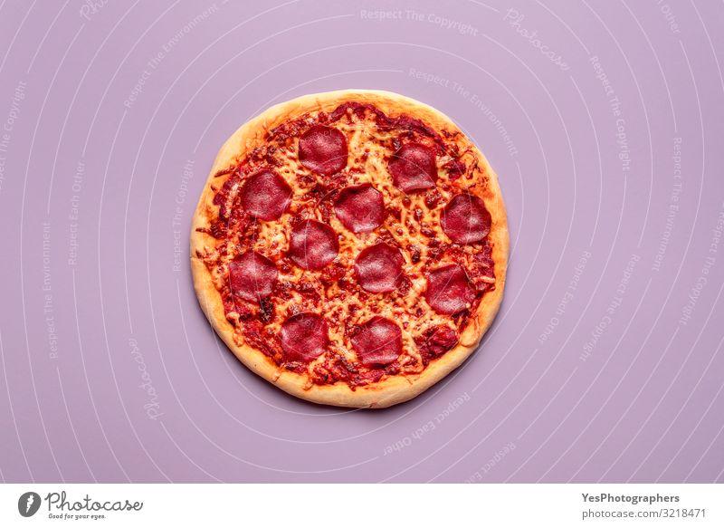 Ganze Pizzasalami auf violettem Hintergrund Hausgemachte Peperoni-Pizza Lebensmittel Fleisch Käse Teigwaren Backwaren Abendessen Büffet Brunch Fastfood