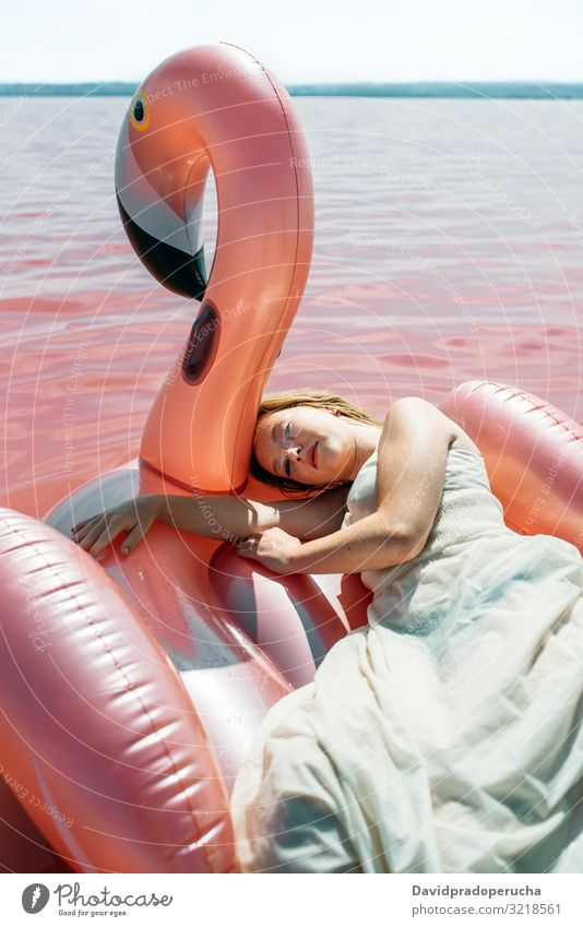Schöne Frau liegt auf aufblasbarem Schwimmer Matratze auf rosa Meer Strand sich[Akk] entspannen Natur schön sonnig niedlich jung MEER Paradies Salz
