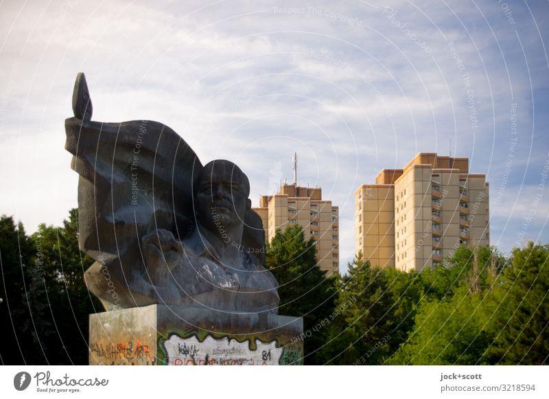 Kopf aus Bronze mit Plattenbau Sightseeing Skulptur DDR Himmel Sommer Schönes Wetter Baum Park Prenzlauer Berg Stadthaus Gebäude Sehenswürdigkeit Denkmal