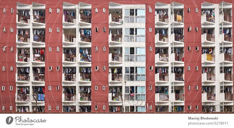 Mehrfamilienhaus mit Wäschetrocknung. Lifestyle Häusliches Leben Wohnung Haus Hausbau Stadt Stadtzentrum bevölkert überbevölkert Architektur Mauer Wand Fassade