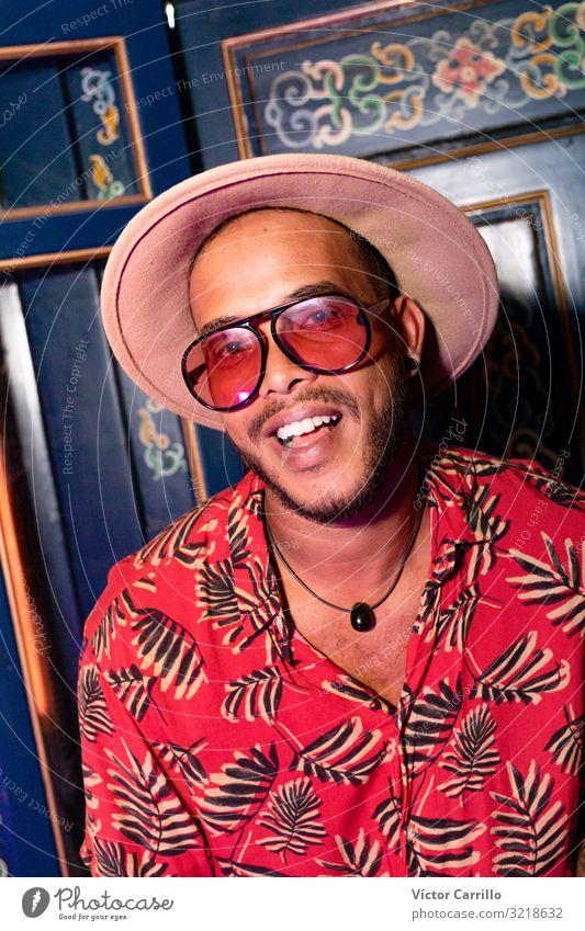 Ein junger Mann für moderne Musik, der entspannt und entspannt ist. Lifestyle Freude Glück schön Erholung Tourismus Sommer Strand Frau Erwachsene Freundschaft