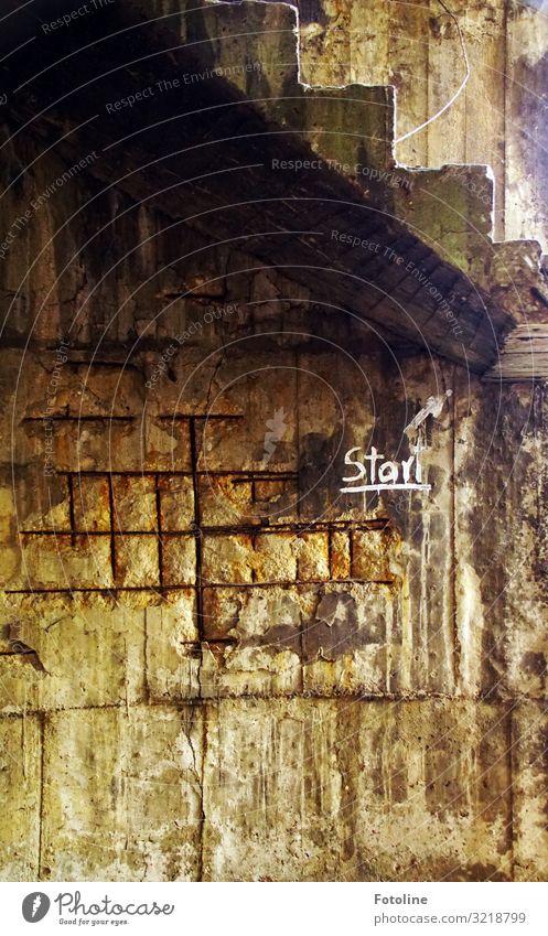Start Industrieanlage Fabrik Ruine Mauer Wand Treppe Zeichen Schriftzeichen alt braun schwarz lost places Verfall weiß Pfeil Stein hoch Mauerstein Farbfoto