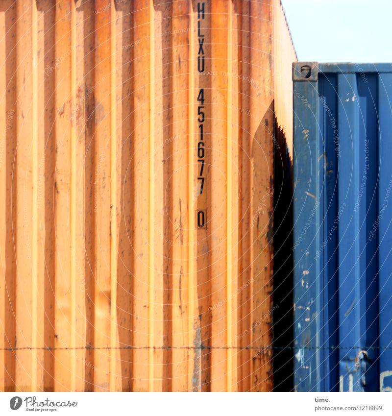 Zweisamkeit Arbeitsplatz Güterverkehr & Logistik Dienstleistungsgewerbe Container Lager Lagerplatz Beule Metall Schriftzeichen Ziffern & Zahlen Linie Streifen