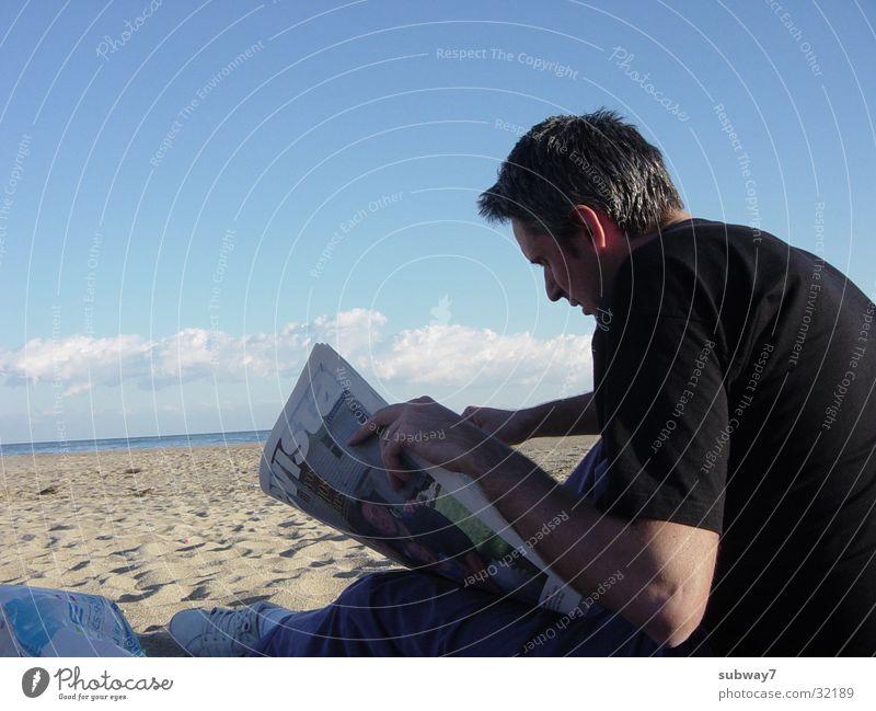 Leser Mann lesen Strand Meer Ferien & Urlaub & Reisen Spanien Zeitung Zeitschrift Wolken Küste Wasser Sand Sonne Himmel