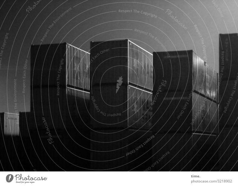 Speicherplatz Stadt dunkel Zusammensein Stimmung Linie Metall ästhetisch Perspektive hoch einfach planen Güterverkehr & Logistik Zusammenhalt Überraschung