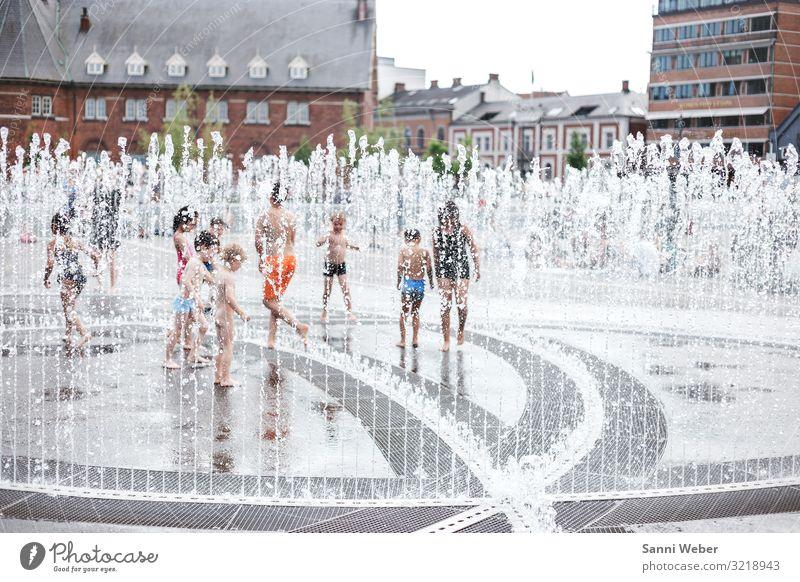 Springbrunnen 1 Mensch Kindergruppe Menschenmenge 1-3 Jahre Kleinkind 3-8 Jahre Kindheit 8-13 Jahre Sommer Schwimmen & Baden Dänemark Aarhus Wasserspiel