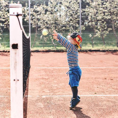 Tennis Sport maskulin Kind Junge Kindheit Leben 1 Mensch 3-8 Jahre Turnschuh Mütze Spielen springen blau rot Freude Lebensfreude Tennisplatz Ball Tennisball