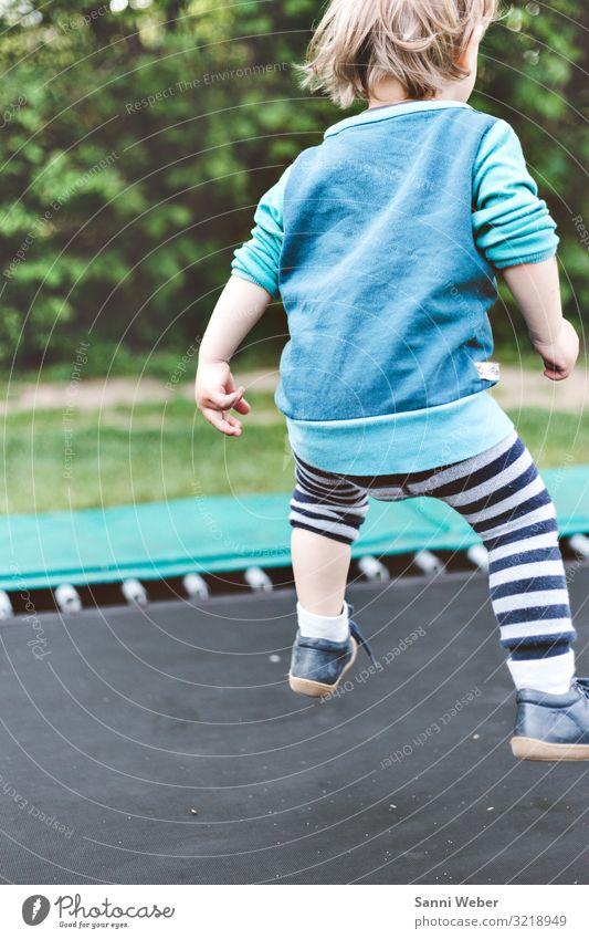 Trampolin springen Mensch maskulin Junge Kindheit 1 3-8 Jahre Natur Sommer Schönes Wetter Pflanze Baum Sträucher Grünpflanze Park Wald Hose Pullover Schuhe