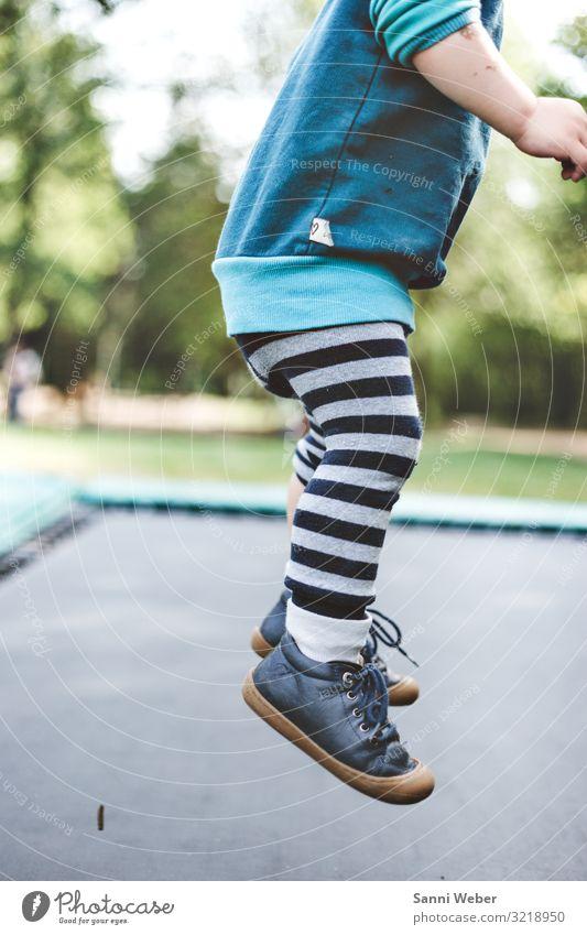 Trampolin springen 1 Sport Mensch maskulin Kind Junge Kindheit Leben Beine 3-8 Jahre Natur Sommer Schönes Wetter Baum Grünpflanze Park Wald Glück Spielplatz