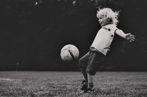 Fussball Kind Mensch weiß Freude schwarz Leben Sport Junge Freizeit & Hobby maskulin blond Kindheit Fröhlichkeit laufen Bekleidung Fußball