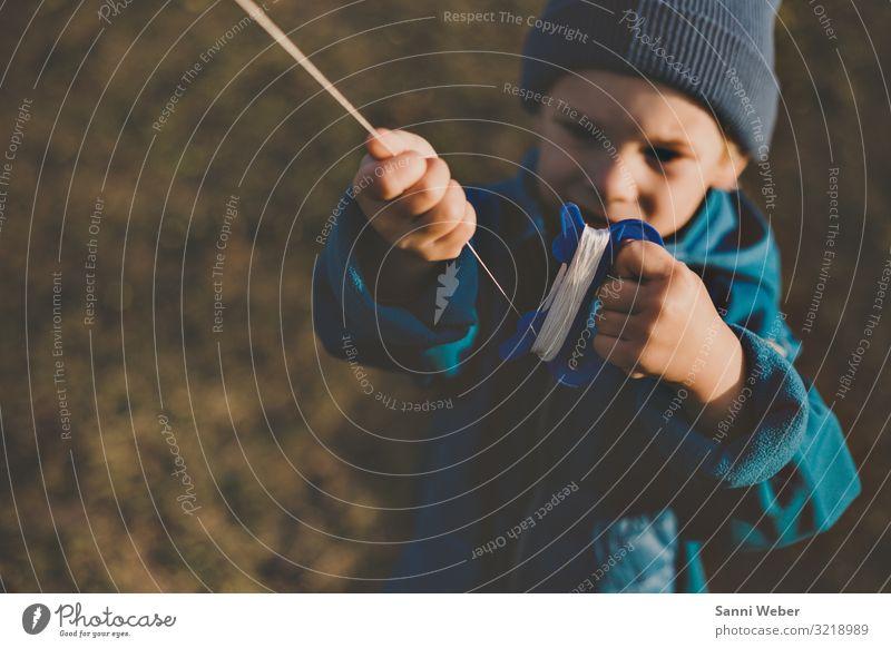 Drachen steigen 1 Kindererziehung Bildung Kindergarten Mensch Kleinkind Junge 3-8 Jahre Kindheit Jacke Mütze blond Bewegung fliegen Blick blau Lenkdrachen