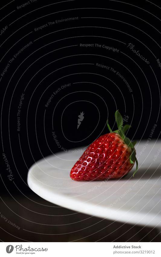 Frische Erdbeere auf dem Teller Erdbeeren frisch reif Frucht Lebensmittel süß Snack rot lecker geschmackvoll saftig Diät Beeren Veganer Vegetarier Gesundheit