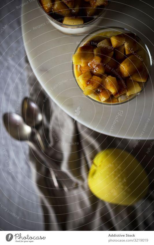 Becher mit Apfel-Dessert Tasse Teller Stoff Frucht lecker Feinschmecker Lebensmittel selbstgemacht süß Snack Glas Spielfigur geschmackvoll organisch natürlich
