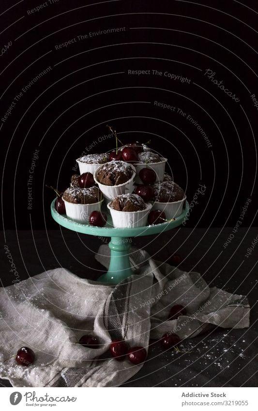 Teller mit Törtchen und Kirschen Cupcake Schokolade Serviette Haufen süß Dessert frisch Leckerbissen Snack Frucht Beeren Lebensmittel lecker geschmackvoll