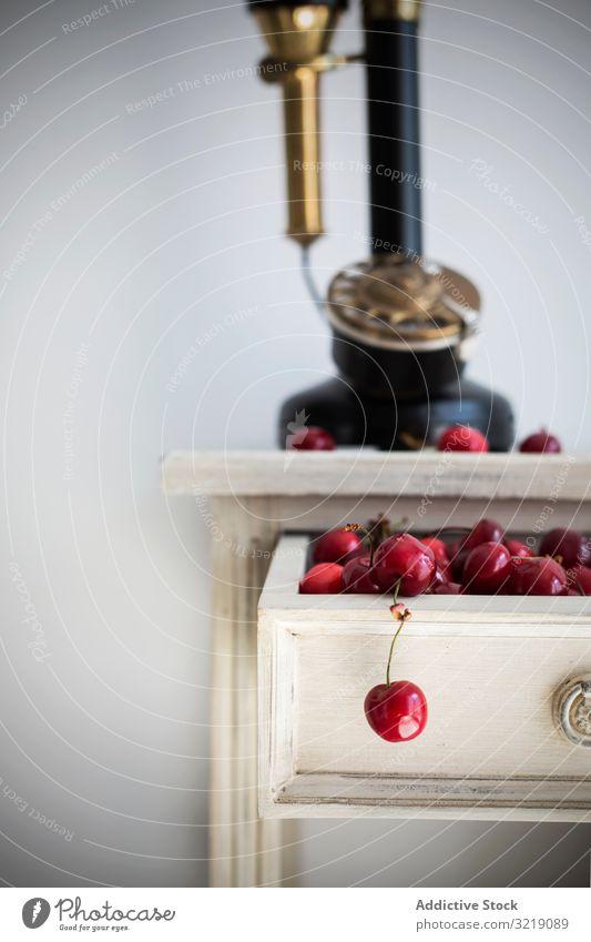 Frische Kirschen in der Schublade frisch reif altehrwürdig Konzept Frucht süß Sommer Lebensmittel Dessert Haufen retro Kabinett organisch natürlich Vitamin roh