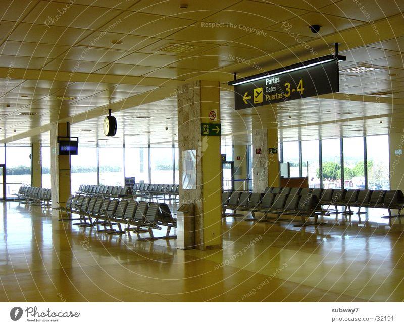 Abflug1 Abheben Flugzeug gelb Europa Luftverkehr Flughafen Abflughalle Sitzgelegenheit Stuhl Bank