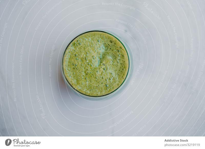 Köstlicher grüner Smoothie mit Schaumstoff im Glas Feinschmecker schaumig selbstgemacht Kiwi organisch Ernährung geschmackvoll Öko-Lebensmittel trinken exotisch