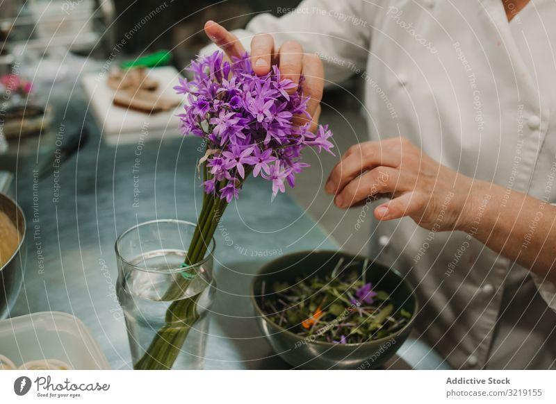 Frau bereitet Salat von Hand am gedeckten Tisch zu Gemüse grün Küchenchef Speise Lebensmittel frisch Abendessen rot Feinschmecker selbstgemacht Restaurant