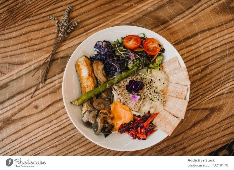 Appetitanregende Gemüse- und Brotsnacks auf dem Teller Tomaten Salat Knusprig Lebensmittel frisch Frühstück Öko-Lebensmittel Abendessen Feinschmecker