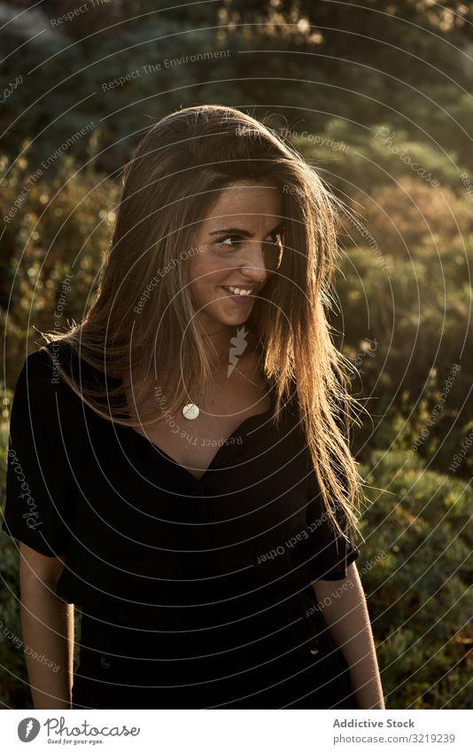 Fröhlich-schöne Frau schaut weg Model natürlich Lächeln Porträt Glück jung attraktiv lässig charmant stylisch hübsch Sonnenlicht Boho Sommer Urlaub elegant