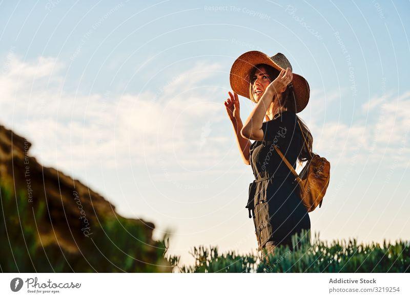 Reisende Frau mit Strohhut beim Gehen reisen Tourist laufen Urlaub Sommer Rucksack Feld Abenteuer Feiertag Natur Wanderer Boho Fernweh Freiheit Sightseeing