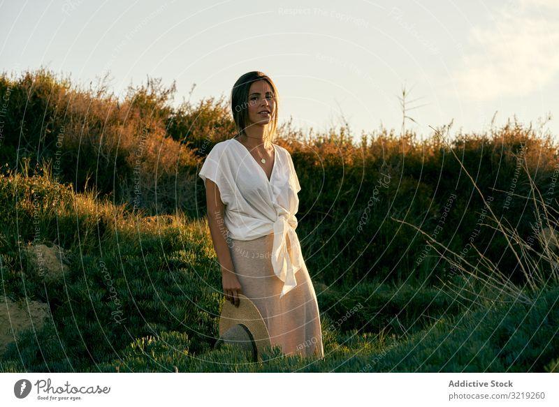 Hübsche junge Frau schaut in die Kamera Model natürlich Lächeln Porträt schön Glück Boho attraktiv lässig charmant Stil hübsch Sonnenlicht Sommer sinnlich