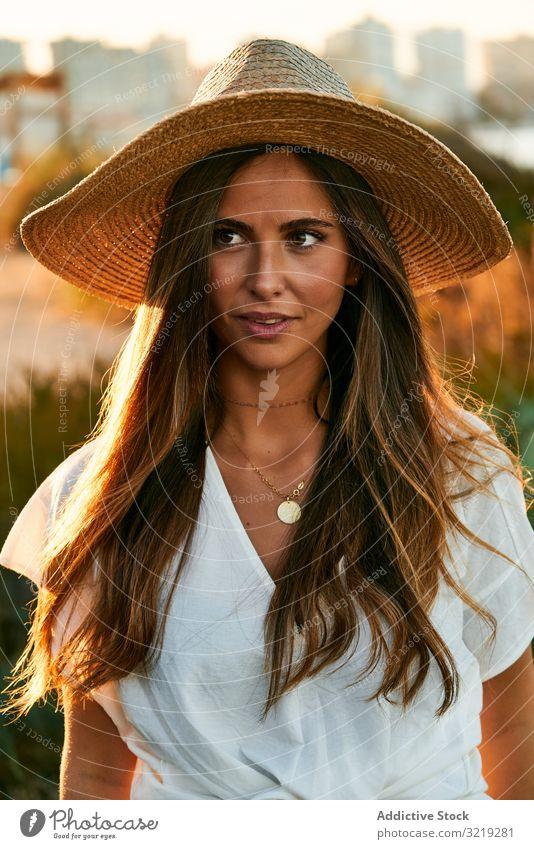 Schöne junge Frau schaut weg Model natürlich Lächeln Porträt schön Glück Boho attraktiv lässig charmant Stil hübsch Sonnenlicht Sommer sinnlich elegant