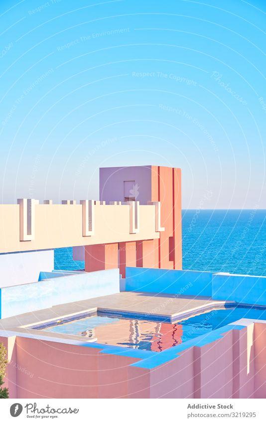 Kompakter Pool auf dem Dach eines Gebäudes mit geometrischen Formen Reichtum Außenseite Architektur Wasser Tourismus reisen Schwimmsport Wahrzeichen Beckenrand