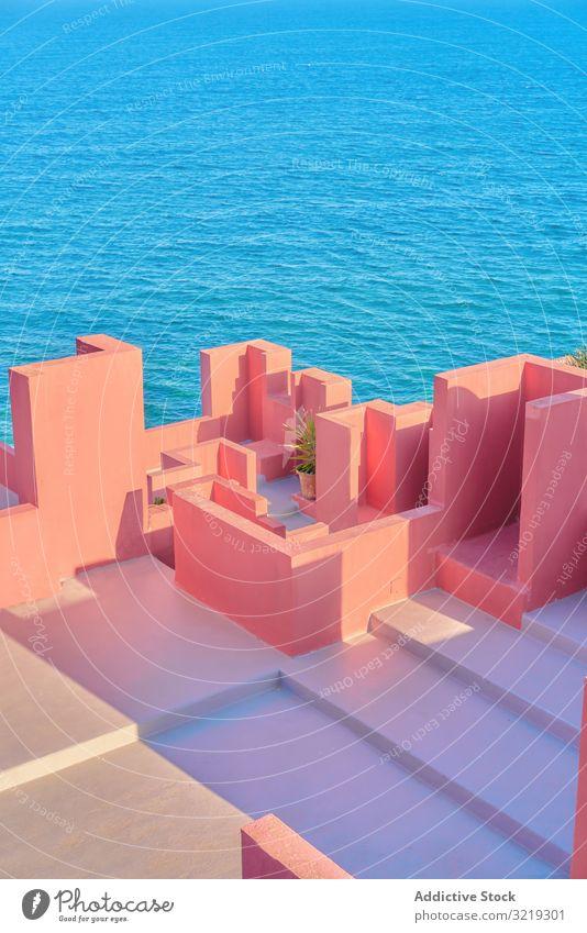 Rosa Wandkonstruktion gegen blaues Meer rosa Architektur Gebäude geometrisch MEER Konstruktion Struktur urban Fassade abstrakt Himmel Irrgarten Öffentlich