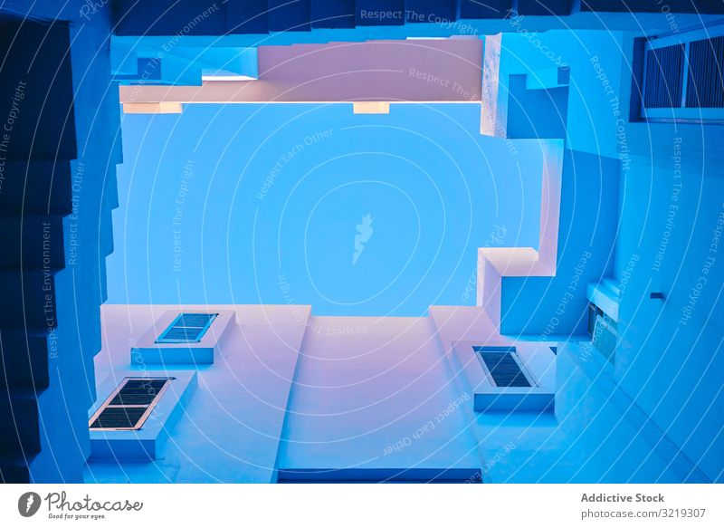 Blaues Gebäude mit gerader interessanter Treppe geometrisch blau Konstruktion Struktur Architektur urban Fassade Stadtzentrum Zentrum Wand abstrakt Himmel