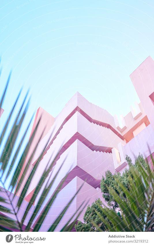 Rosa Konstruktion mit Treppen und Fußböden Gebäude Struktur geometrisch Architektur urban Fassade Stadtzentrum Zentrum Wand abstrakt Himmel Öffentlich