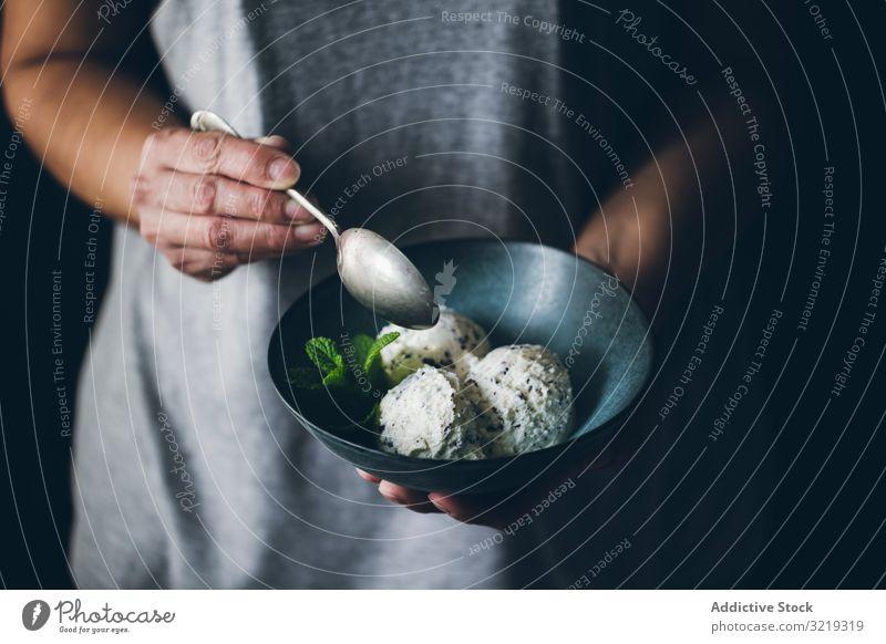 Stracciatella-Eiscreme-Kugeln Hände Frau Beteiligung Schalen & Schüsseln Sahne Bälle Schokolade Minze weiß gelato süß Lebensmittel Italienisch Produkt Molkerei