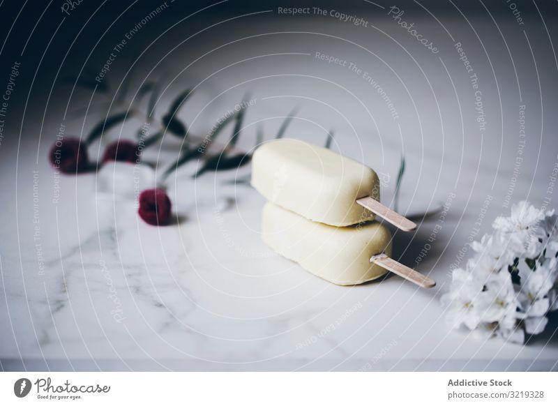 Gestapelte Eis am Stiel aus weißer Schokolade weiße Schokolade Speiseeis Vanille Sahne Hintergrund Sommer Dessert lecker kleben Lebensmittel braun süß kalt