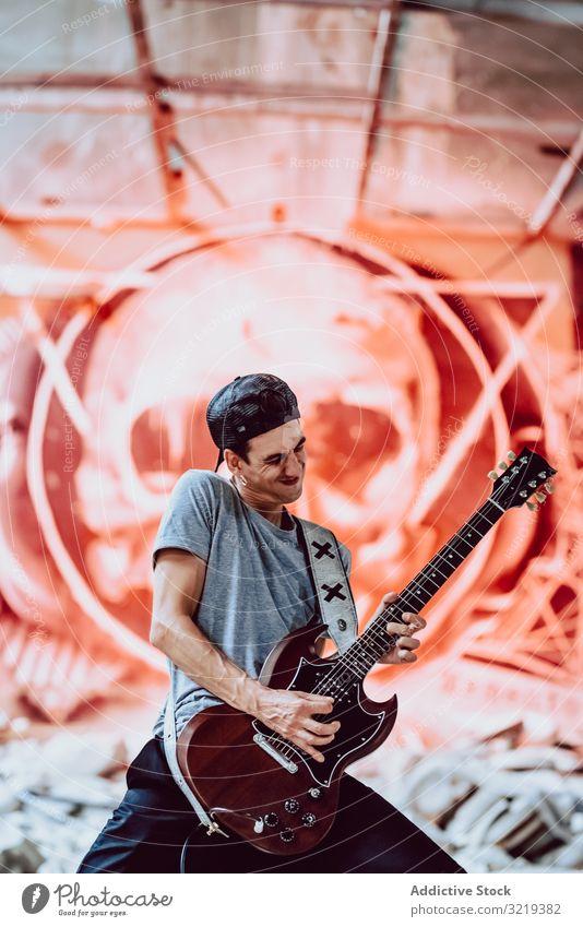 Musiker, der E-Gitarre spielt Mann Grunge elektrisch auflehnen Metall Instrument Entertainment Verlassen spielen Graffiti Schädel männlich Lifestyle Künstlerin