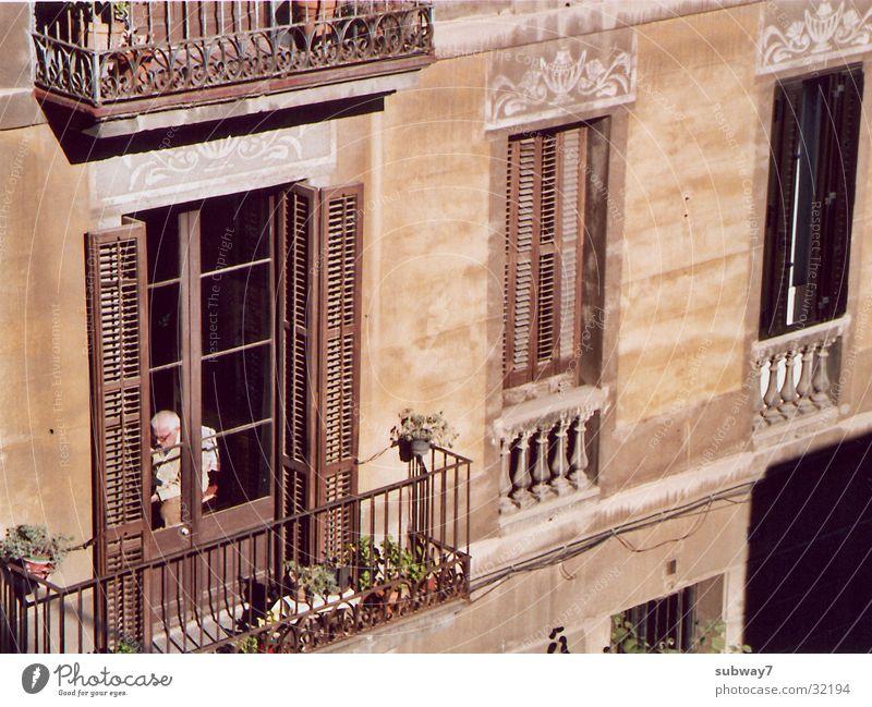 Nachbar Ruhestand Senior Fenster Barcelona Spanien Haus Stadt Fassade Balkon Altbau Fensterscheibe Mann Langeweile der Ältere haus und grundstück