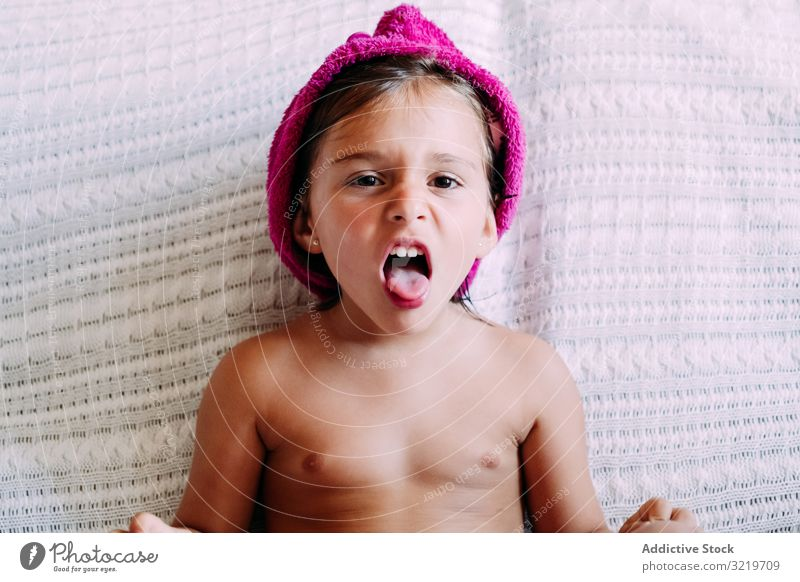 Kind mit Turban auf der Couch Sofa heimwärts Spaß Kindheit Lifestyle Liege Sitzen Raum niedlich wenig modern klein Barfuß lässig genießend lieblich Zeitgenosse