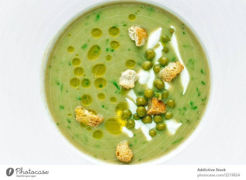 Grüne Gemüsecremesuppe mit Erbsen und Crackern Suppe Sahne grün Sommer aromatisch traditionell geschmackvoll Veggie Mahlzeit Lebensmittel lecker Vegetarier