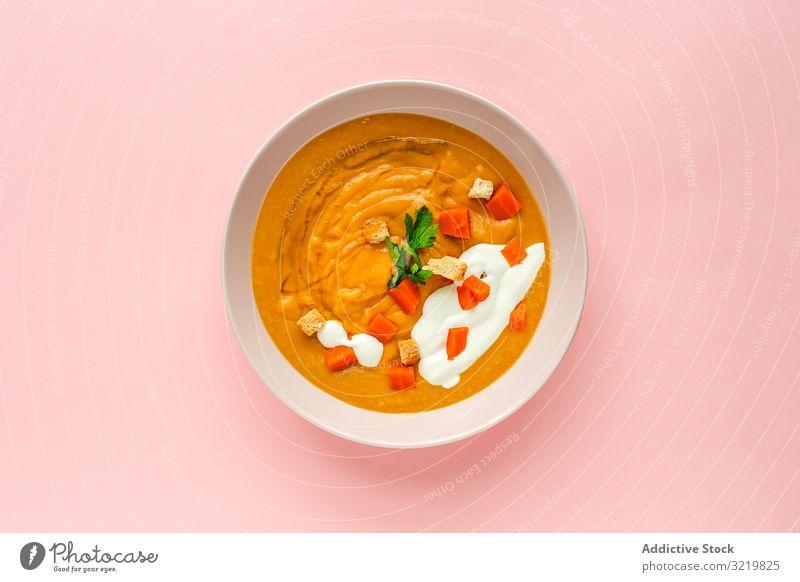 Orangen-Gemüsecreme mit Möhren- und Kräuterscheiben Sahne Suppe geschmackvoll Veggie Ernährung orange rund Mahlzeit Lebensmittel lecker Vegetarier Feinschmecker
