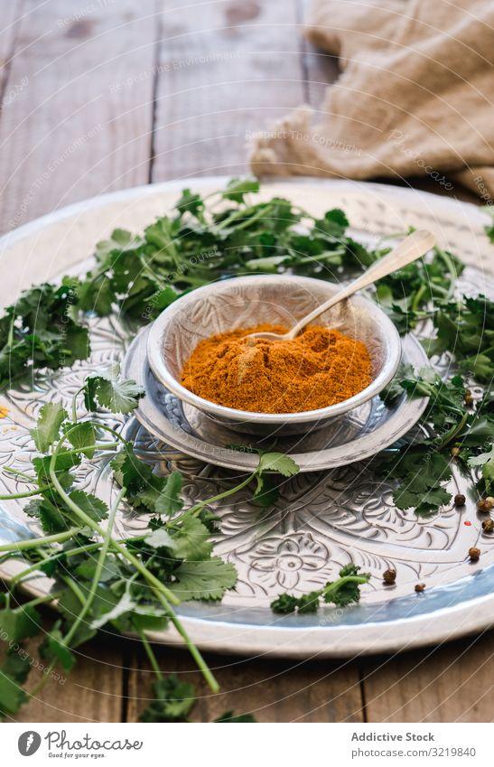 Kurkuma in silberner Schale mit Kräutern auf dem Tisch Gewürz Lebensmittel grün frisch organisch Würzig Diät Kräuterbuch Bestandteil Speise Küche