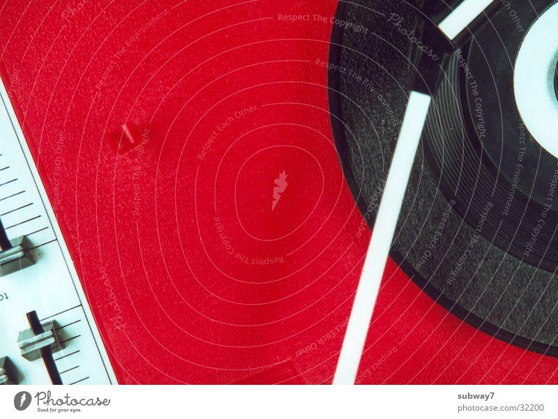 Musik an rot Musik Technik & Technologie Club Schallplatte Diskjockey Plattenteller Plattenspieler Elektrisches Gerät Regler Tontechnik Steuergerät