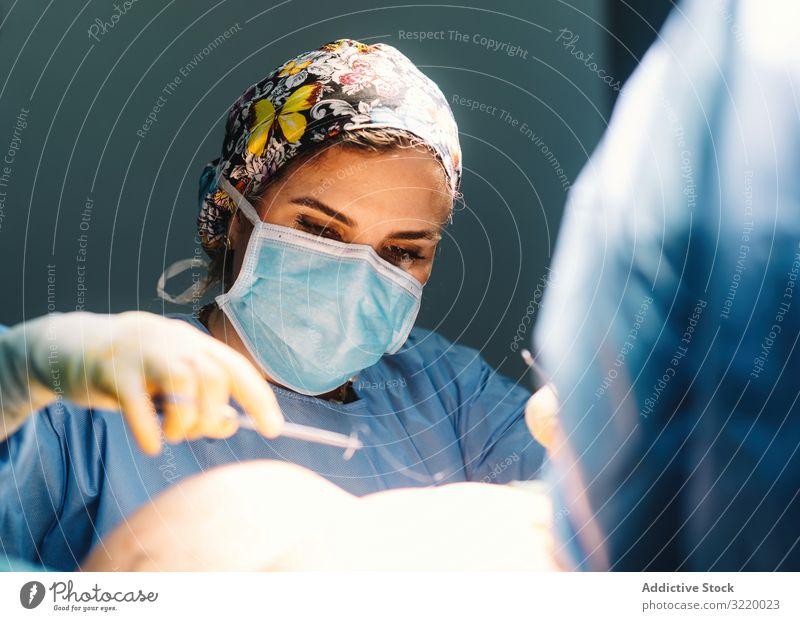 Mediziner bei Brustoperationen Arzt Chirurgie Operation Mamma-Plastik Krankenhaus geduldig Kunststoff Erwachsener Menschen professionell konzentriert