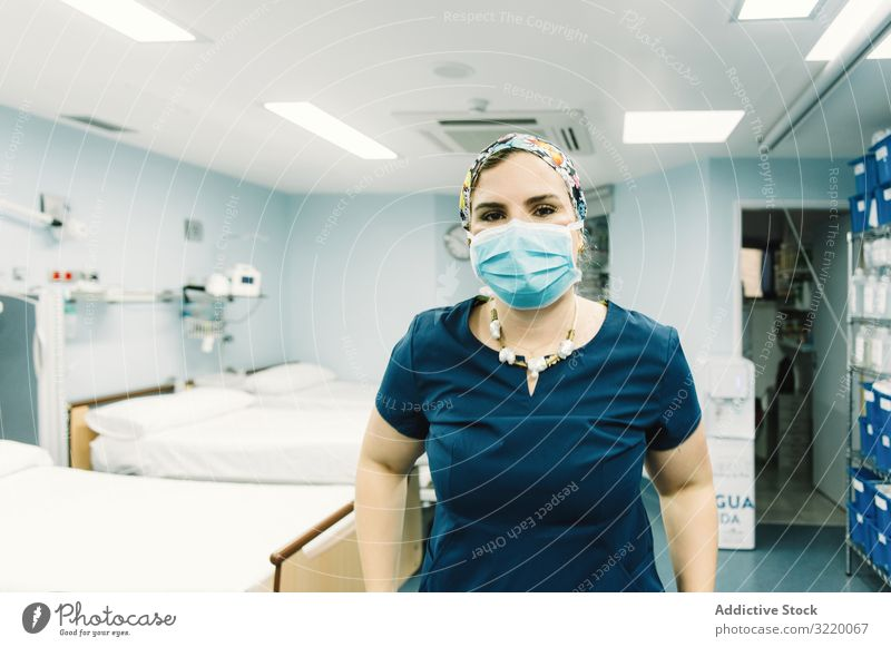 Arzt in Uniform im Krankenhauszimmer Frau Medizin Raum Klinik Mundschutz Gesundheitswesen Behandlung Job Beruf Erwachsener attraktiv positiv freundlich hübsch