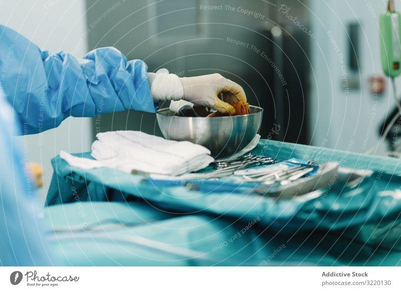 Krankenschwester drückt Schwamm in Desinfektionslösung Hand Jod Chirurgie Krankenpfleger Medizin Arzt Spritze Krankenhaus medizinisch Behandlung Erwachsener