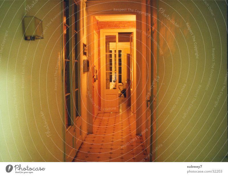 Gelber Flur gelb Lampe Fenster Beleuchtung Wohnung Tür Bodenbelag Häusliches Leben Fliesen u. Kacheln Flur Barcelona Altbau