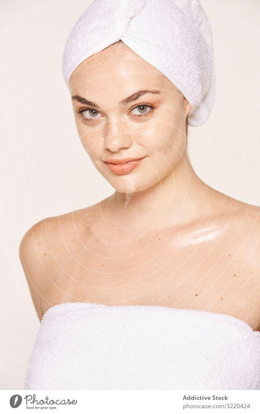 Attraktive Frau mit strahlendem Körper nach kosmetischem Eingriff Haut Kosmetik Gesicht Verfahren Feuchtigkeit spenden gutaussehend attraktiv Pose Handtuch