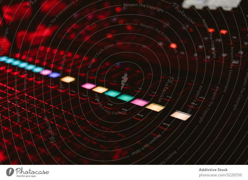 DJ-Musiktafel mit Leuchttasten im Club Konsole Instrument Schaltfläche stereo Gerät Audio Mixer dj Lautstärke professionell Panel Niveau Klang Equalizer